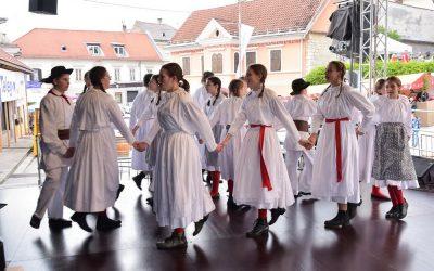 Nastop Starejše otroške folklorne skupine na Vinski vigredi